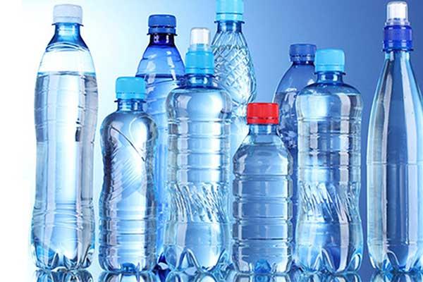 uống nước đóng chai